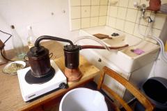 Das Alembique ist bereit und die Distillation kann beginnen.