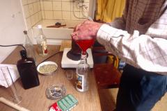 Der Absinth ist gebrannt und wird in eine Flasche abgefüllt.
